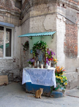 Kapliczka z czasów okupacji w podwórzu kamienicy przy ulicy Brzeskiej 15/17. Warszawa.