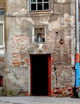 Kapliczka z figurą Matki Boskiej na wejściem do kamienicy przy ulicy 11 Listopada 26. Warszawa, Praga Północ.