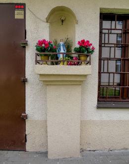Kapliczka z figurą Matki Boskiej na tyłach kamienicy przy ulicy Białostockiej 8. Warszawa, Praga Północ.
