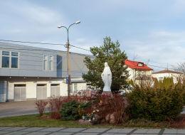 Figura Matki Boskiej przy kościele św. Brata Alberta. Warszawa, Wesoła.