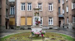 Kapliczka w podwórzu kamienicy przy ulicy Ciepłej 3. Warszawa, Wola.