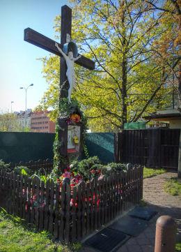 Krzyż przydrożny z kapliczką u zbiegu ulic Czerniakowskiej i Chełmskiej. Warszawa, Mokotów.