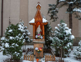 Przydrożna kapliczka z figurą Matki Boskiej przy ulicy Deotymy Warszawa, Wola.