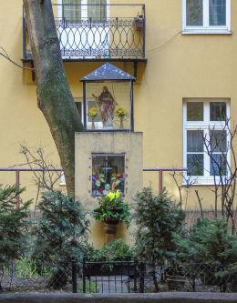 Kapliczka w podwórzu kamienicy przy ulicy Emilii Plater 8. Warszawa, Śródmieście.
