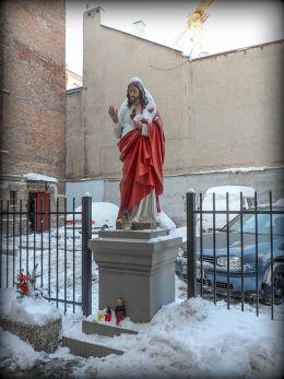 Kapliczka Chrystusa w podwórzu kamienicy przy ulicy Emilii Plater 13. Warszawa, Śródmieście.