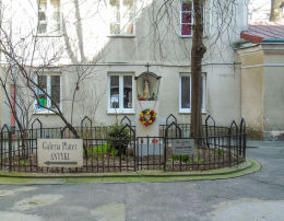 Kapliczka w podwórzu kamienicy przy ulicy Emilii Plater 14. Warszawa, Śródmieście.