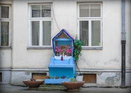 Kapliczka podwórkowa w kamienicy przy ulicy Poznańskiej 14. Warszawa, Śródmieście.