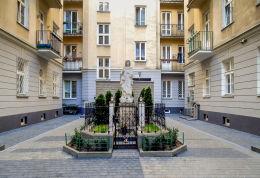 Kapliczka podwórkowa w kamienicy przy ulicy Marszałkowskiej 62. Warszawa, Śródmieście.