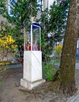 Przydrożna kapliczka przy kamienicy przy ulicy Zakrzewskiej 8. Warszawa, Mokotów.