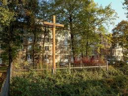 Krzyż przydrożny na tyłach bloku przy alei Zjednoczenia. Warszawa, Bielany.