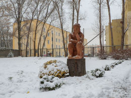 Przydrożna kapliczka, Chrystus Frasobliwy przy ulicy Deotymy. Warszawa, Wola.