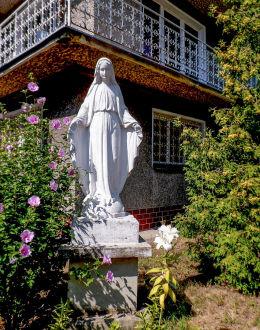 Przydrożna kapliczka z figurą Matki Boskiej przed domem przy ulicy Edisona 3. Warszawa, Wawer.