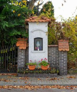Przydrożna kapliczka Matki Boskiej przy ulicy Farysa. Warszawa, Bielany.