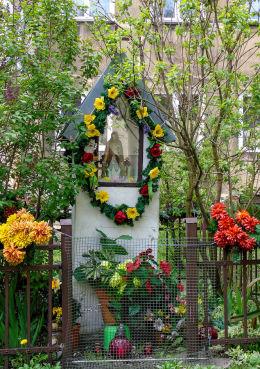 Kapliczka na tyłach kamienicy przy ulicy Ząbkowskiej 38. Warszawa, Praga Północ.