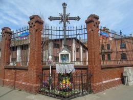 Krzyż przydrożny z kapliczką u zbiegu ulic Ząbkowskiej i Markowskiej. Warszawa, Praga Północ.