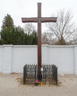Krzyż przydrożny u zbiegu ulic Powązkowskiej i Tatarskiej. Warszawa, Wola.