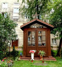 Przydrożna kapliczka domkowa przy ulicy Wileńskiej 18. Warszawa, Praga Północ.