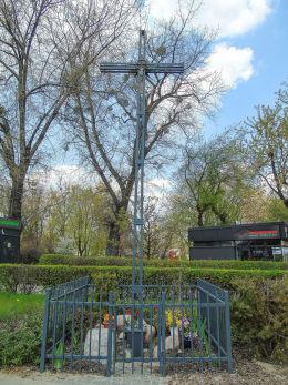 Krzyż przy Skwerze Jacka Kuronia na Marymoncie. Warszawa, Żoliborz.