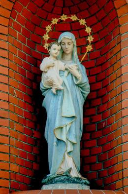 Kapliczka przydrożna przy kościele Zesłania Ducha Świętego. Wybudowana w 2000 roku. Warszawa, Bielany, Warszawa.