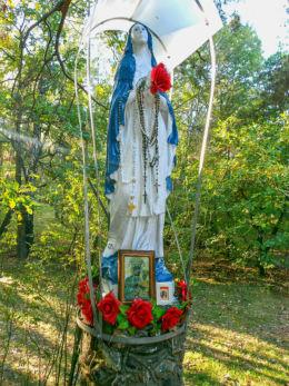 Kapliczka przydrożna z figurą Najświętszej Maryi Panny, Królowej Polski. Izabelin, gmina Izabelin, powiat warszawski zachodni.
