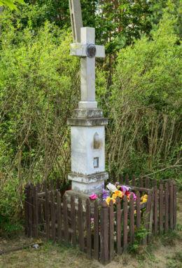 Przydrożny krzyż kamienny. Izabelin, powiat warszawski zachodni.