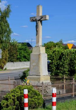 Przydrożny krzyż kamienny z 1917 r. postawiony przez gospodarzy ze wsi Łóplów. Lipków, gmina Stare Babice, powiat warszawski zachodni.