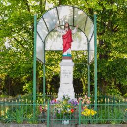 Kapliczka przydrożna z figurą Chrystusa. Mościska, gmina Izabelin, powiat warszawski zachodni.