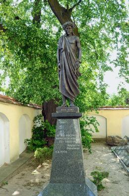 Przykościelna figurka Chrystusa z 1998 r. Stare Babice, powiat warszawski zachodni.