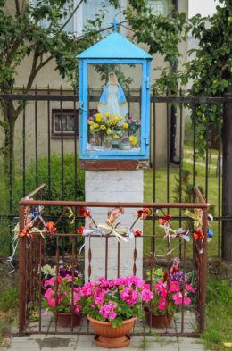 Przydrożna kapliczka. Truskaw, gmina Izabelin, powiat warszawski zachodni.