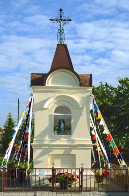 Przydrożna kapliczka z końca XIX wieku. Wojcieszyn, gmina Stare Babice, powiat warszawski zachodni.