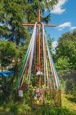 Krzyż przydrożny z 1997 r. Zielonki Parcela, gmina Stare Babice, powiat warszawski zachodni.