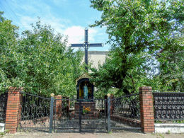 Przydrożny krzyż z kapliczką przy ulicy Szkolnej 1. Marki, powiat wołomiński.