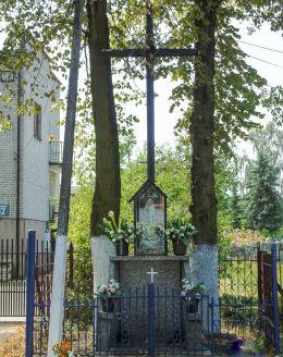 Przydrożny krzyż z kapliczką przy ulicy Szkolnej 12. Marki, powiat wołomiński.