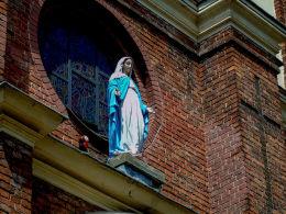 Figura Matki Boskiej w fasadzie kościoła ufundowana przez fabrykę w Pustelniku. Marki, powiat wołomiński.