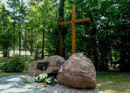 Przydrożny krzyż i głazy upamiętniające Katyń 1940 i Smoleńsk 2010 r. Marki, powiat wołomiński.
