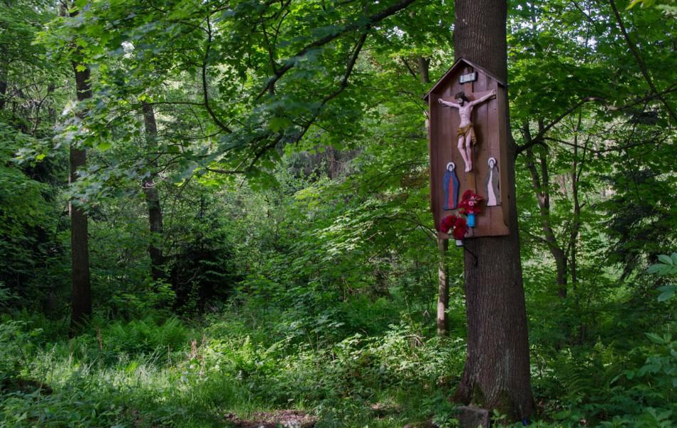 Przydrożna drewniana kapliczka na drzewie. Chełmsko Śląskie, gmina Lubawka.