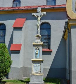 Kościół Narodzenia NMP, krzyż obok wejścia do kościoła. Baborów, powiat głubczycki.