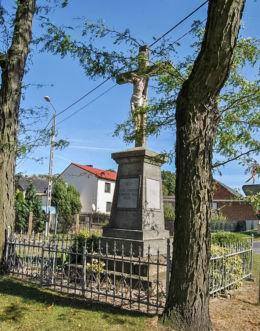 Przydrożny krzyż milenijny. Łowkowice, gmina Kluczbork, powiat kluczborski.