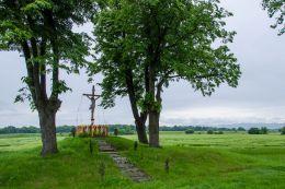 Przydrożny krzyż drewniany. Frydrychów, gmina Paczków, powiat nyski.