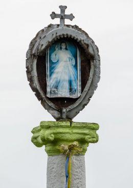 Przydrożna kamienna kapliczka kolumnowa. Jodłów, gmina Otmuchów, powiat nyski.