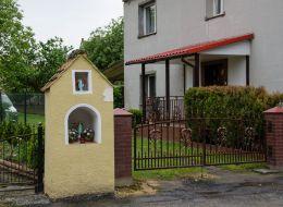 Przydrożna kapliczka murowana. Kałków, gmina Otmuchów, powiat nyski.