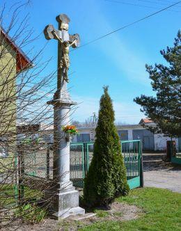 Przydrożny krzyż kamienny. Makowice, gmina Skoroszyce, powiat nyski.