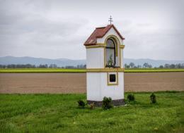 Przydrożna kapliczka murowana. Ratnowice, gmina Otmuchów, powiat nyski.