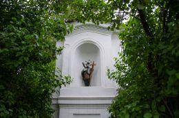 Przydrożna kapliczka z figurą św. Jana Nepomucena. Ścibórz, Gmina Paczków, powiat nyski.