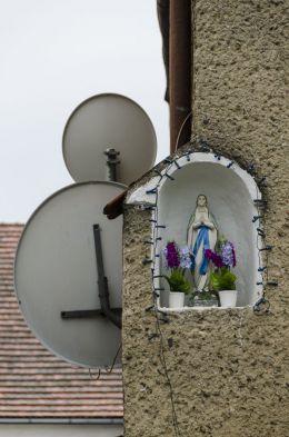 Kapliczka na ścianie budynku. Kałków, Gmina Otmuchów, powiat nyski.