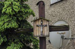 Krzyż przydrożny drewniany z kapliczką. Kałków, Gmina Otmuchów, powiat nyski.
