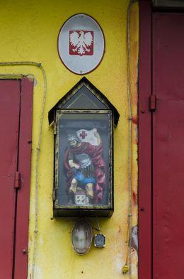 Kapliczka z figurą św. Floriana na budynku Ochotniczej Straży Pożarnej. Kałków, Gmina Otmuchów, powiat nyski.