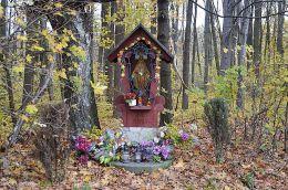 Drewniana kapliczka na skraju lasu. Góra Świętej Anny, gmina Leśnica, powiat strzelecki.