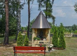 Kapliczka na terenie skweru kościelnego. Kolonowskie, powiat strzelecki.