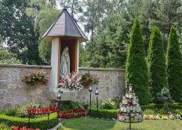 Kapliczka na ogrodzeniu plebanii. Kolonowskie, powiat strzelecki.